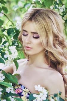 Moda mulher bonita flores lilás verão