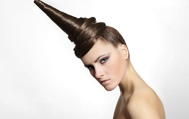 Moda mulher com cabelo estranho vestido maquiagem brilhante isolada no branco