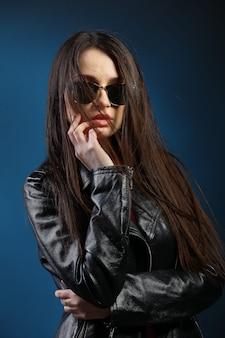 Moda mulher com cabelos longos, vestindo jaqueta de couro