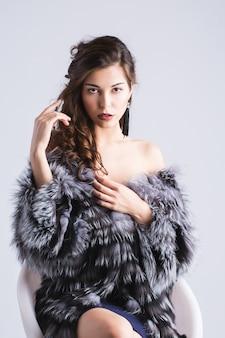 Moda mulher com casaco de pele, retrato de senhora.