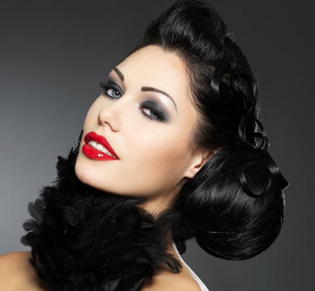 Moda mulher com penteado de beleza e estilo de maquiagem isolado no branco
