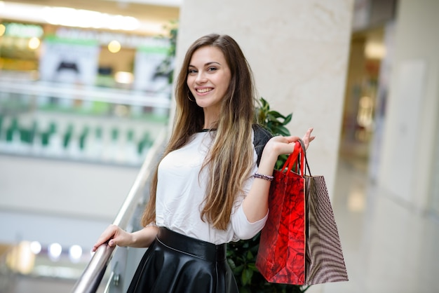 Moda mulher compras retrato beleza mulher com sacolas de compras