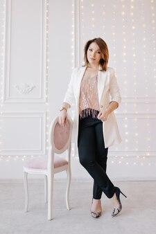 Moda mulher de negócios em um terno clássico com jaqueta branca