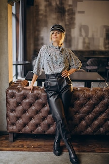 Moda mulher em pé em um café
