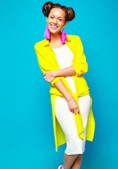Moda mulher em roupas de verão casual hipster