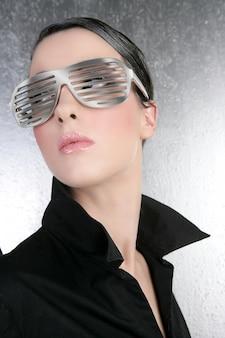 Moda mulher futurista prata óculos camisa preta