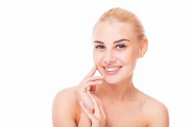 Moda mulher loira com rosto lindo - isolado no branco. conceito de cuidados com a pele.