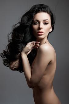 Moda mulher nua posando com cabelo comprido
