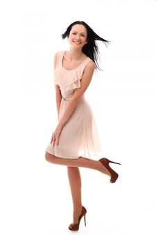 Moda mulher posando com elegante vestido rosa