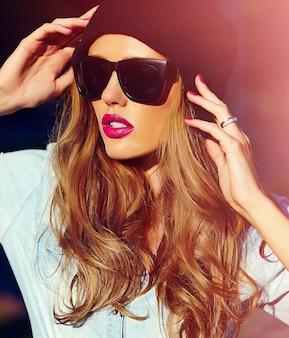 Moda mulher posando com óculos de sol