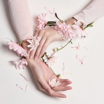Moda mulher retrato arte flores na mão dela