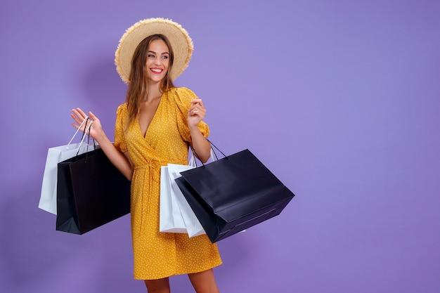 Moda mulher segura sacolas de compras em fundo colorido salepurchases compras preto sexta-feira