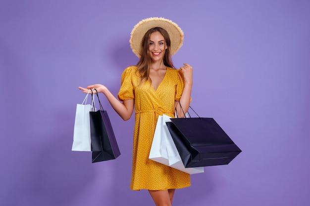 Moda mulher segurando sacolas de compras em fundo roxo promoção de compras preto sexta-feira