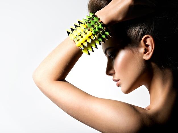 Moda mulher usando pulseira com espinhos