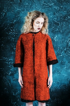 Moda mulher vestida com um casaco vermelho