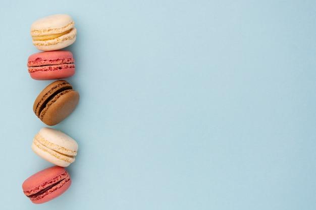Moda ou fundo feminino com biscoitos sobre fundo azul.
