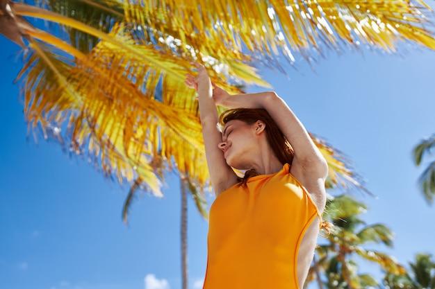 Moda palm modelo sol verão, bela modelo posando
