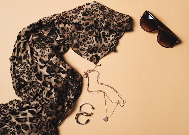 Moda plana leigos com cachecol de leopardo e acessórios