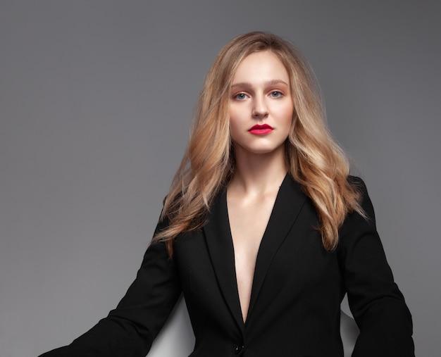 Moda retrato de jovem elegante terno preto.