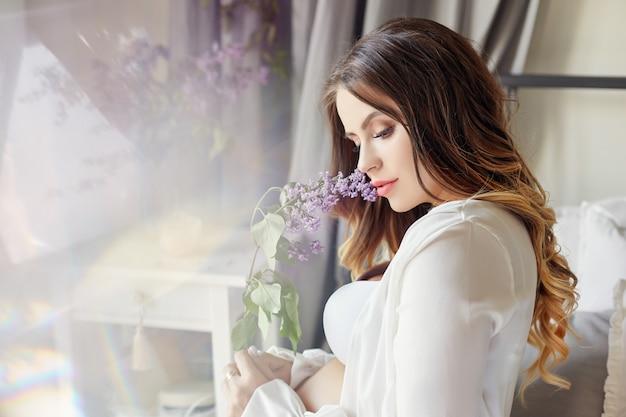 Moda retrato mulher grávida loira, figura perfeita de menina