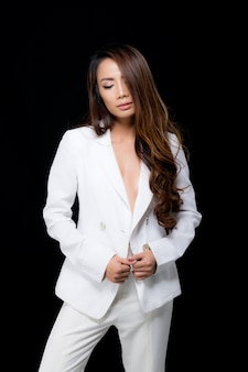 Moda retrato mulher vestindo um terno branco.