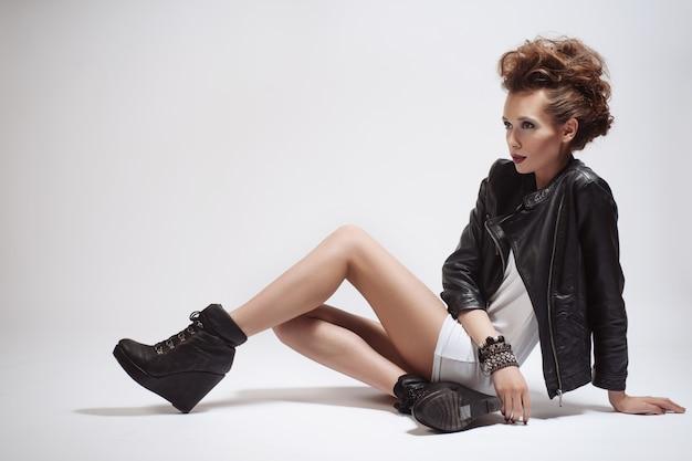 Moda roqueiro estilo modelo retrato de menina. penteado. maquiagem rocker ou punk woman