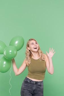 Moda senhora bonita posando com balões