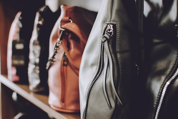 Moda tendência bolsas na prateleira de uma loja, loja