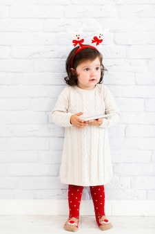 Moda vestido menina segurando o telefone