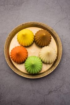 Modak é um bolinho de massa doce indiano oferecido a lord ganapati no festival de ganesh chaturthi. servido em um prato. foco seletivo