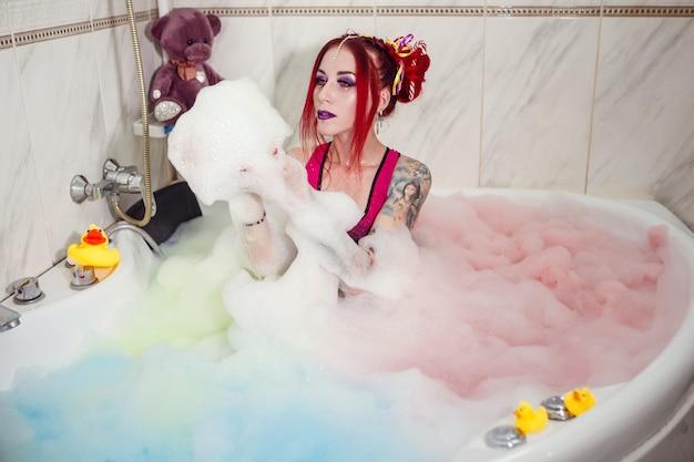 Modelar boneca com cor ouvir deita no banheiro, banheira