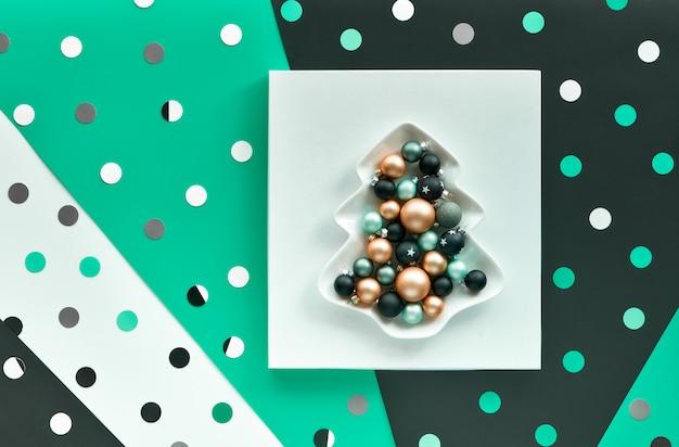 Modelo abstrato de banner ou cartão com confete, bolinhas.