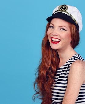 Modelo adorável usando chapéu de almirantes do mar e top sexy
