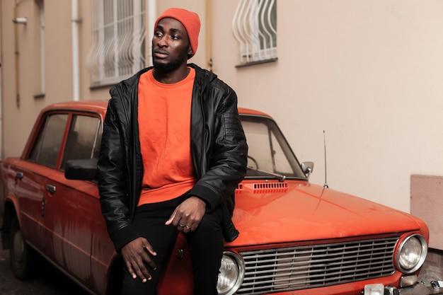 Modelo afro-americano na moda, olhando para longe