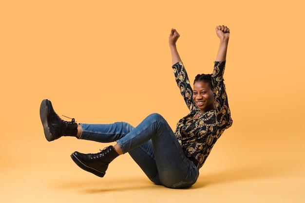 Modelo afroamerican entusiasmado tiro do estúdio