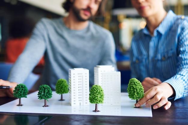 Modelo arquitetônico na mesa do escritório