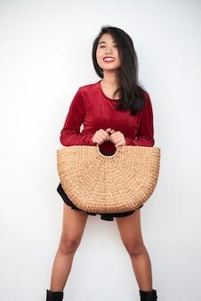 Modelo asiático com bolsa de tecido