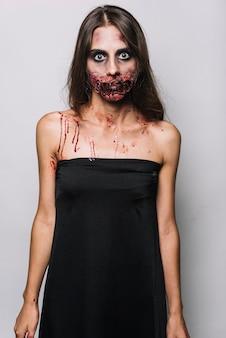 Modelo assustador em vestido preto