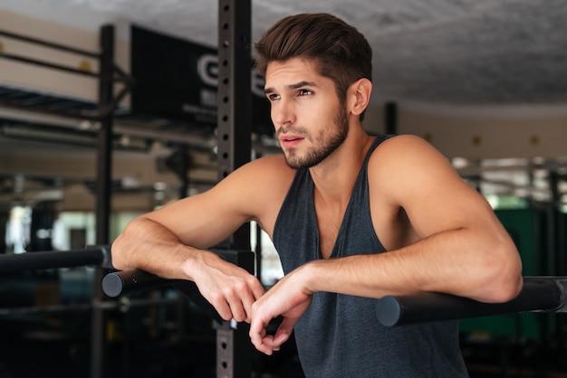 Modelo atencioso no ginásio. desviando o olhar
