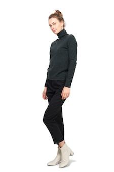 Modelo atraente demonstra roupas de jersey