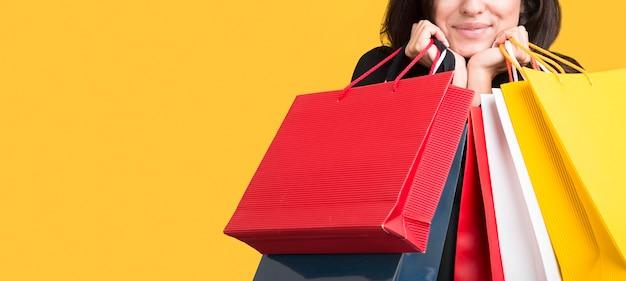 Modelo black friday sendo coberto por sacolas de compras