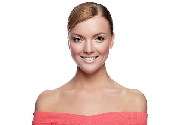 Modelo bonito caucasiano jovem com maquiagem natural com pele limpa perfeita, isolada no branco