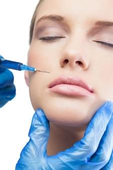 Modelo bonito descontraído com injeção de botox acima dos lábios