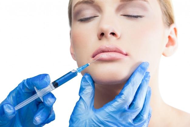 Modelo bonito e relaxado com injeção de botox nos lábios