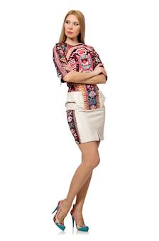 Modelo bonito em roupas com estampas de carpete isolado no branco