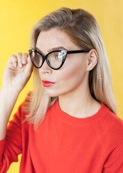 Modelo bonito usando óculos vista lateral