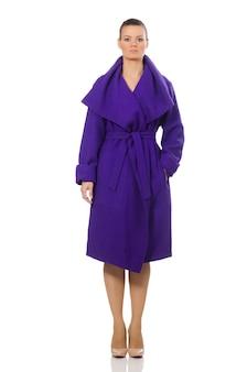 Modelo caucasiano em casaco roxo isolado