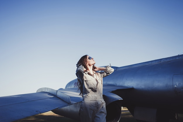 Modelo com aviador de óculos de sol