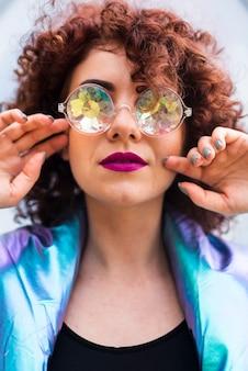 Modelo com cabelos cacheados e óculos