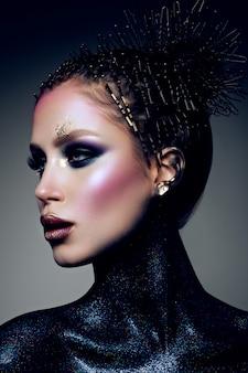 Modelo com maquiagem brilhante e glitter colorido